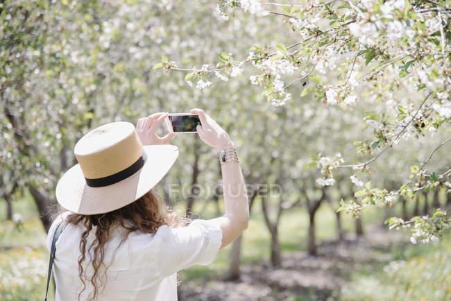 Жінка носить капелюх з фотографіями — стокове фото