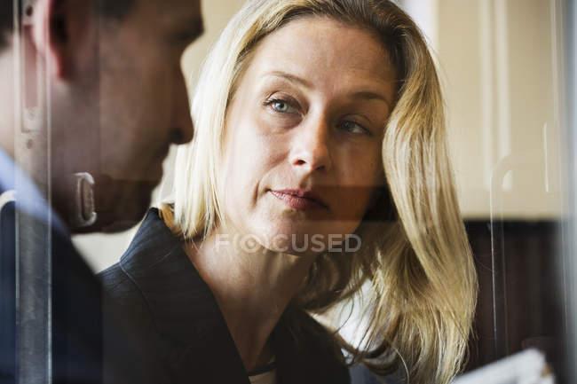 Бізнес-леді і бізнесмен говорити — стокове фото