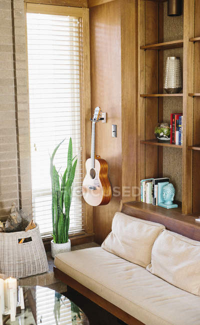 Vista interior de una sala de estar - foto de stock