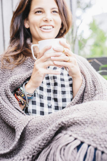Woman holding a mug. — Stock Photo