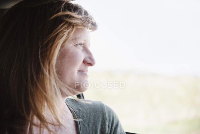 Mulher em um carro em uma viagem — Fotografia de Stock