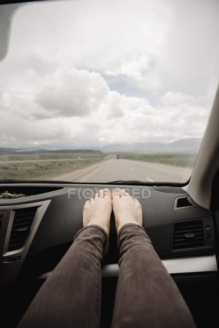 Жінка в автомобіль з голими ногами — стокове фото