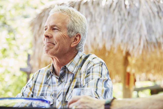 Homme senior souriant — Photo de stock