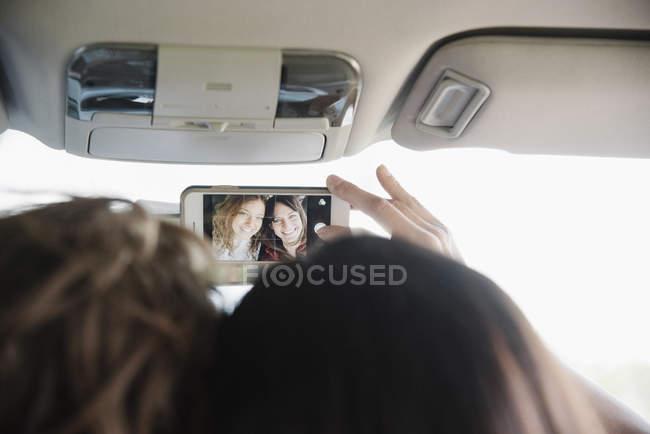 Женщины в машине делают селфи . — стоковое фото