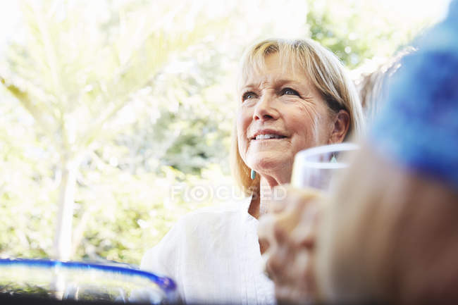 Femme âgée levant les yeux . — Photo de stock