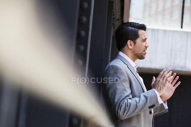 Empresário, falando e gesticulando com as mãos — Fotografia de Stock