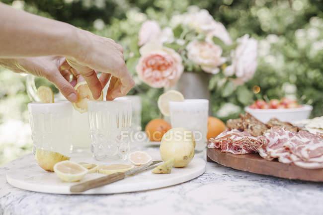 Donna che prepara bevande — Foto stock