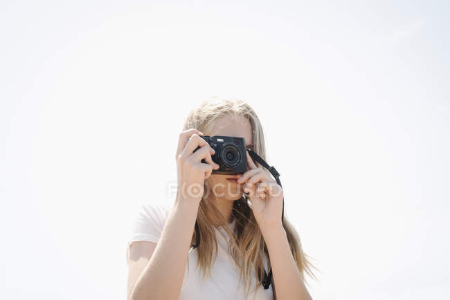 Teenage girl taking picture — Stock Photo