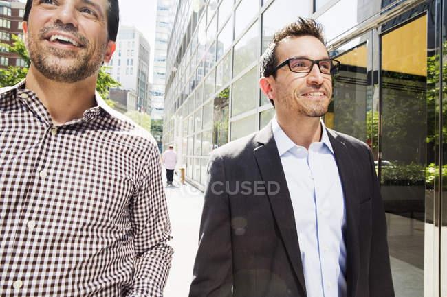 Uomini che camminano per strada — Foto stock