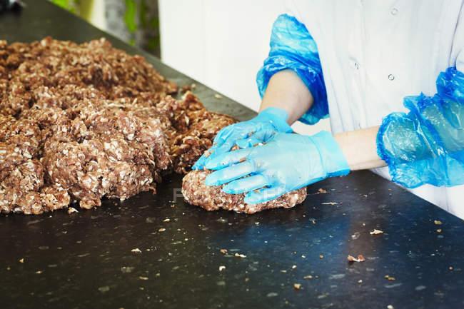 Жінка формування рубленого м'яса в пиріжки — стокове фото