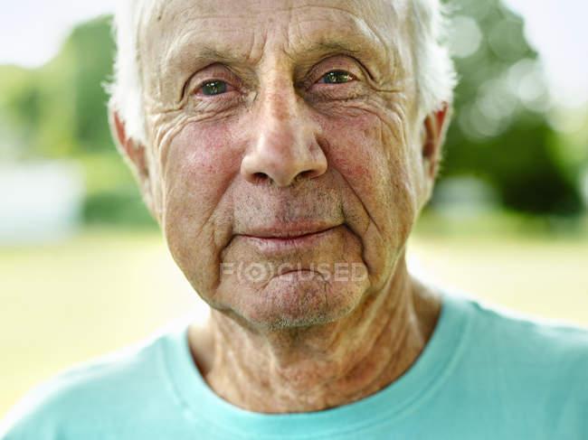 Homme Senior souriant à la caméra — Photo de stock