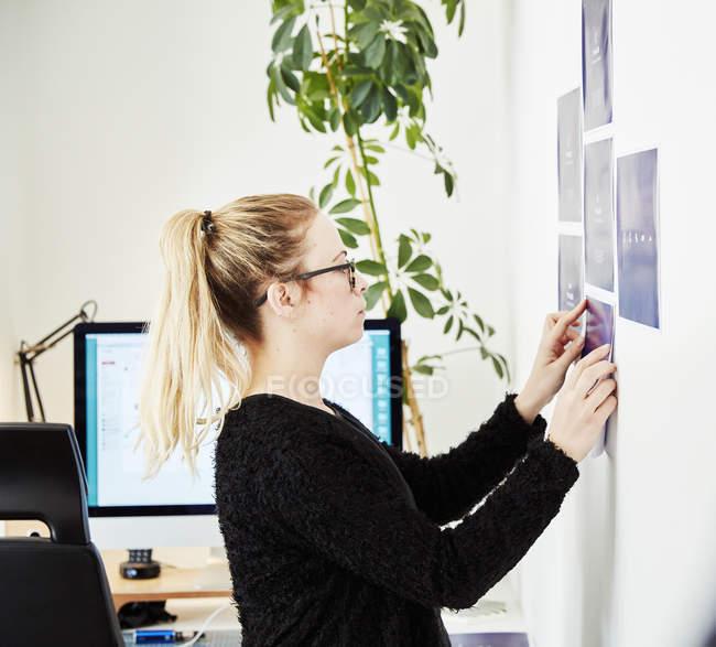 Женщина, создание плана управления проектом — стоковое фото