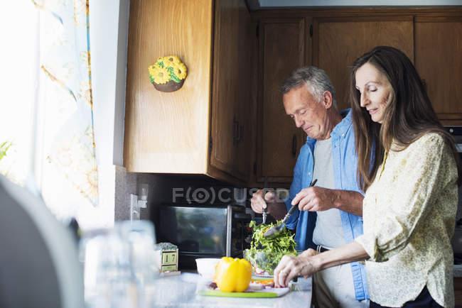 Lächelndes Seniorenpaar in der Küche — Stockfoto