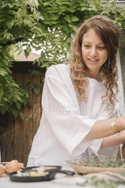 Mulher preparando ovos para o café da manhã . — Fotografia de Stock