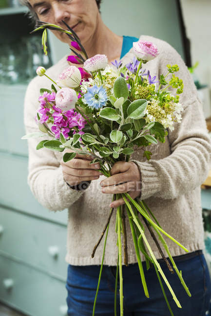 Female florist creating bouquet — Stock Photo