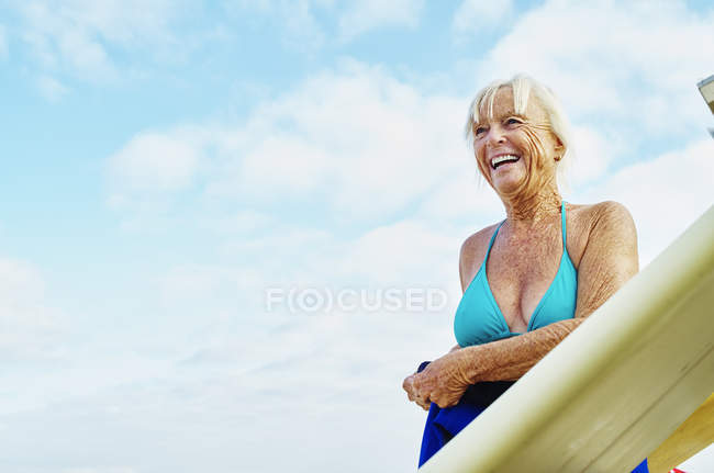 Femme senior souriante, portant un bikini — Photo de stock