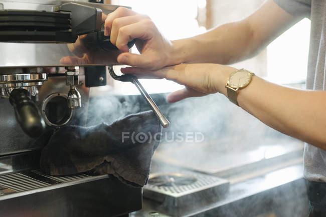 Vapor que sale de la máquina de café expreso - foto de stock