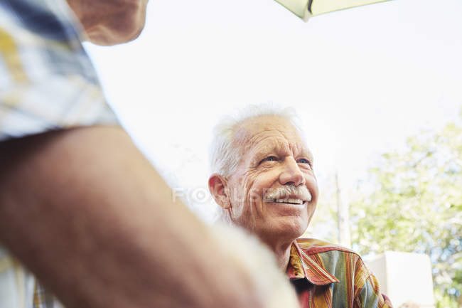Senior homme avec moustache souriant — Photo de stock