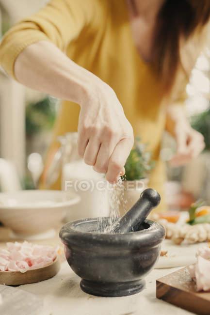 Жінка, додаючи в інгредієнти — стокове фото