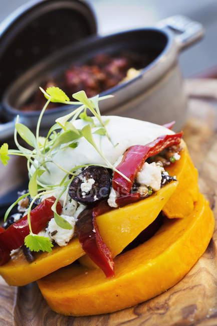 Topf mit Eintopf und Stapel von frischem Gemüse — Stockfoto