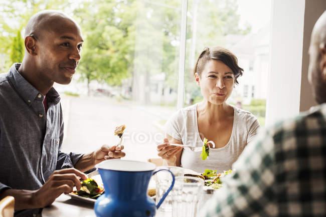 Мужчины и женщины обедают в кафе — стоковое фото