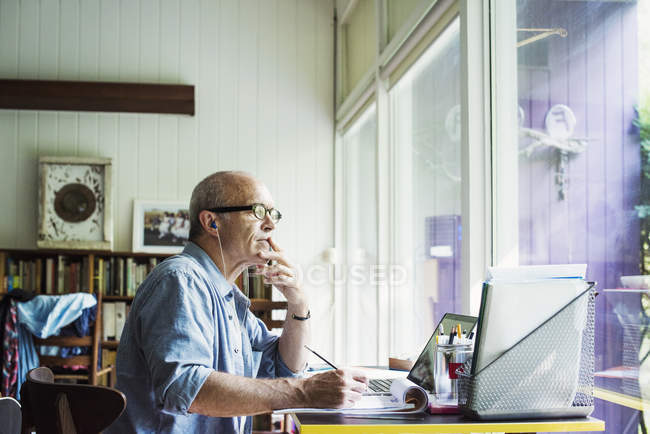 Homme travaillant sur un ordinateur portable . — Photo de stock