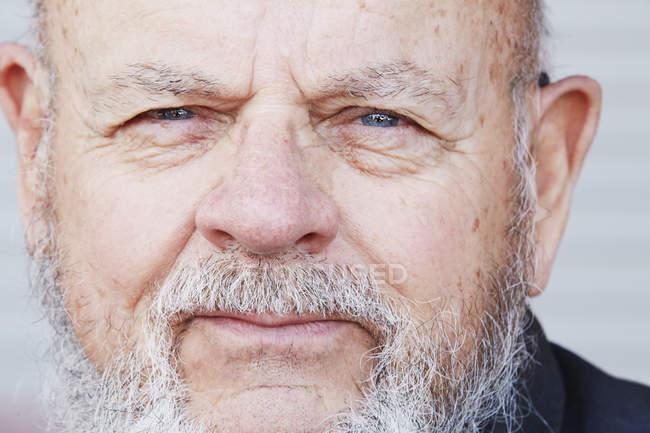 Senior homme avec barbe grise — Photo de stock