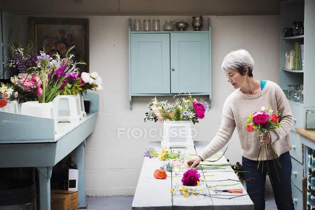Weibliche Blumengeschäft Bouquet erstellen — Stockfoto