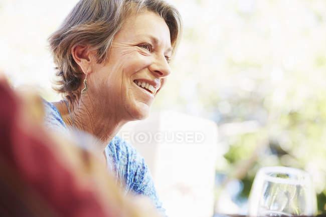 Lächelnde reife Frau — Stockfoto