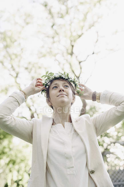 Woman with flower wreath — Stock Photo