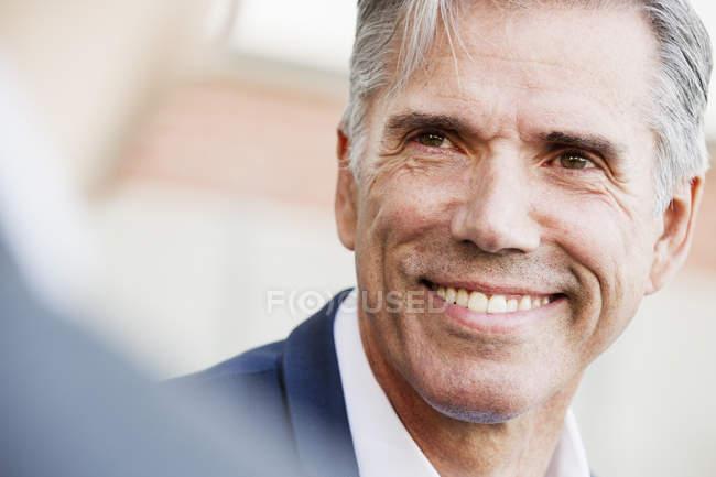 Людина з посмішкою і сиве волосся — стокове фото