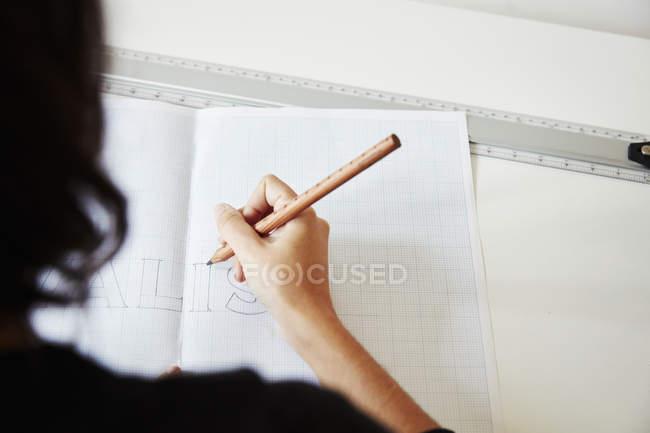 Mujer trabajando en un gráfico - foto de stock