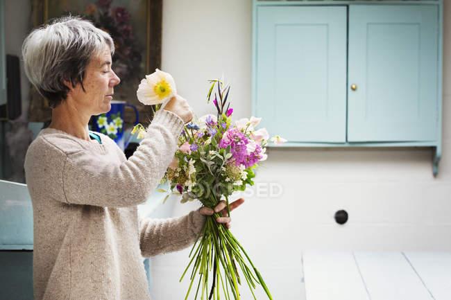 Жіночий флорист, створюючи букет — стокове фото