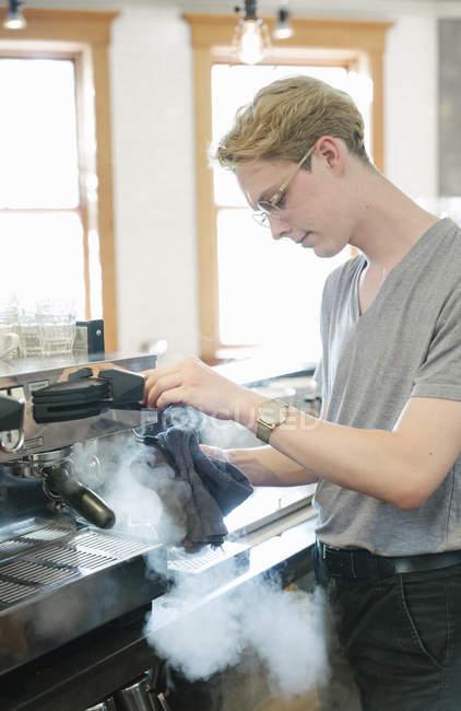 Hombre vapor saliendo de la máquina . - foto de stock