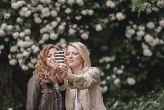 Mulheres tomando um selfy — Fotografia de Stock