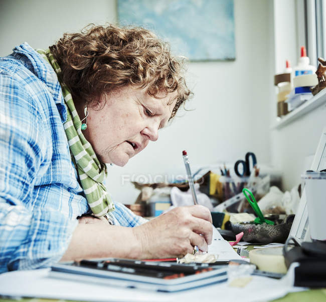 Woman artist drawing with pencil — Stock Photo