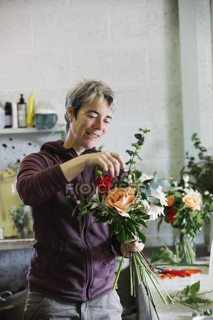 Donna creando un bouquet legato a mano . — Foto stock