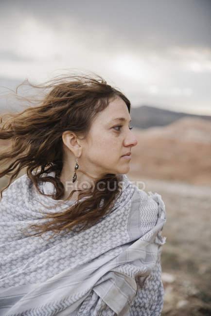 Donna in un paesaggio desertico . — Foto stock