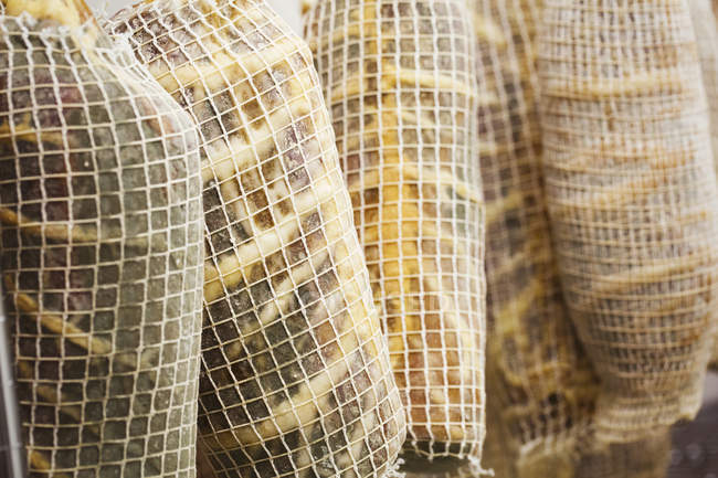 Secado al aire carne envuelta en redes - foto de stock