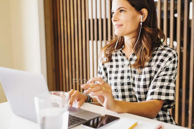 Женщина, работающая на ноутбуке . — стоковое фото
