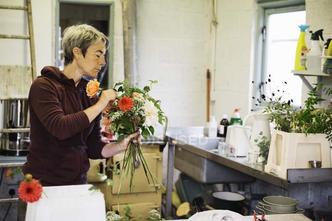 Женщина создает букет, связанный вручную . — стоковое фото