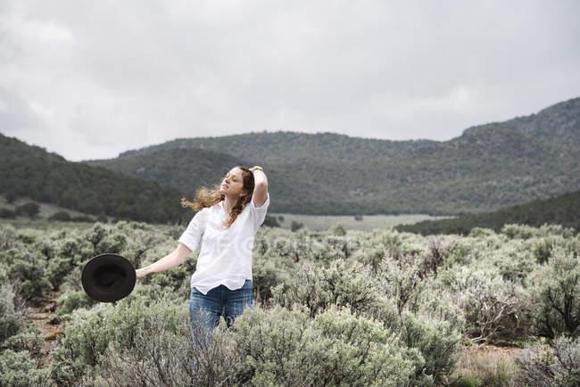 Жінка, стоячи у відкритих краєвид — стокове фото