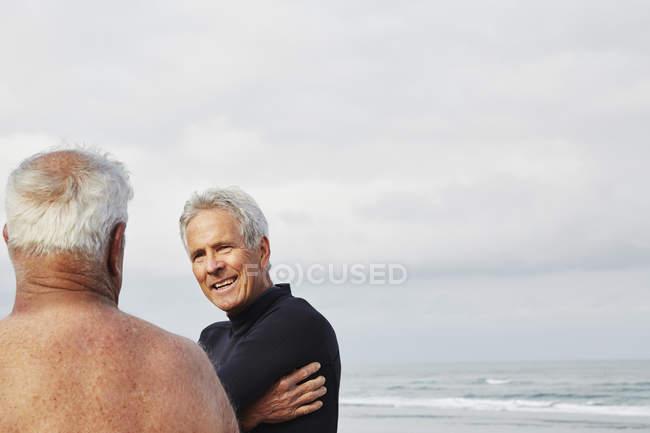 Два старших человека на пляже — стоковое фото