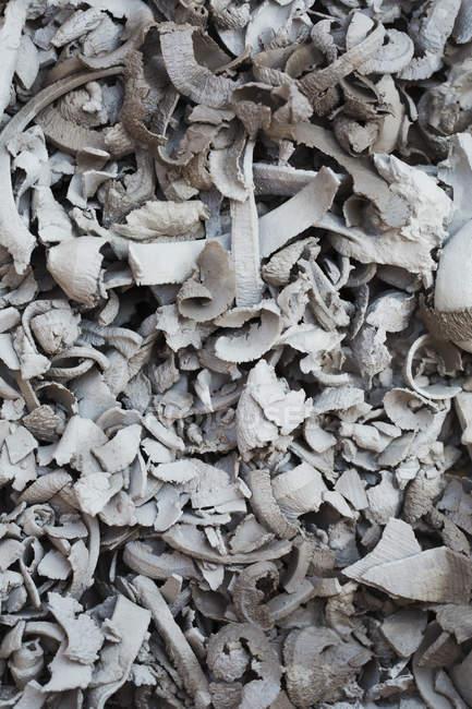 Mucchio di ritagli, riccioli di argilla — Foto stock