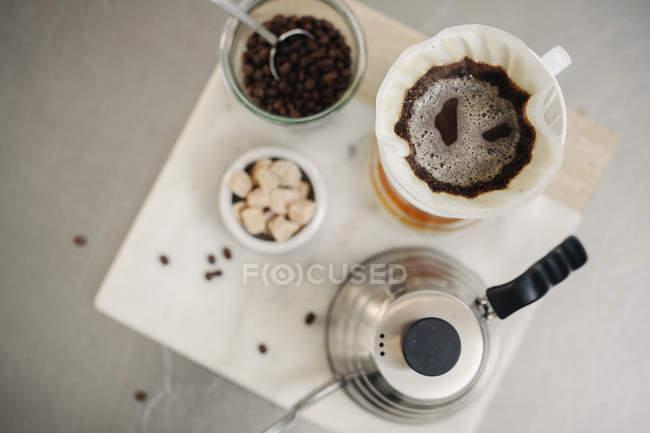 Fazendo café filtro — Fotografia de Stock