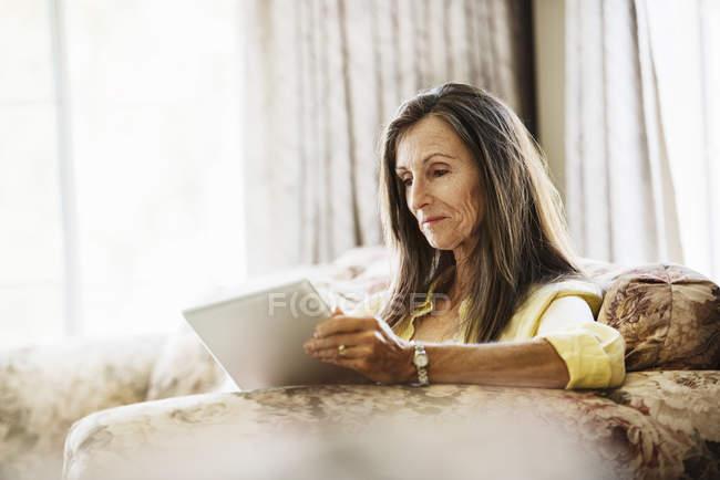 Старша жінка користується цифровим планшетом.. — стокове фото