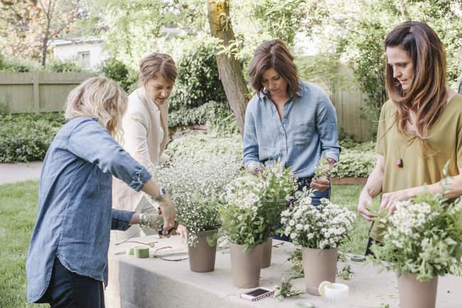 Mulheres fazer uma coroa de flores. — Fotografia de Stock