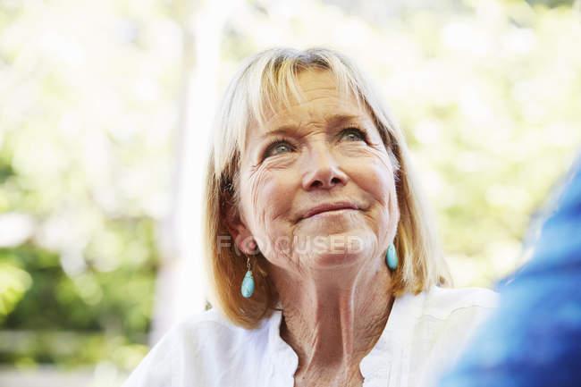 Mulher atraente olhando para cima — Fotografia de Stock