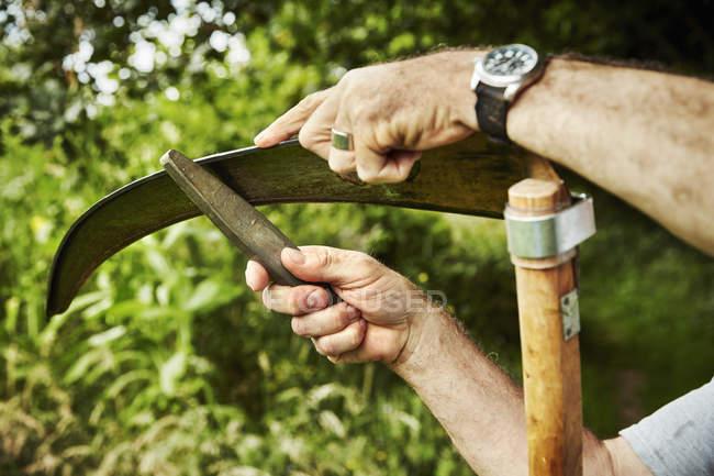 Gärtner arbeitet Schärfmesser — Stockfoto