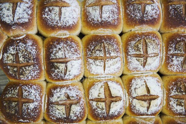 Fraîchement sorti du four pain lot — Photo de stock